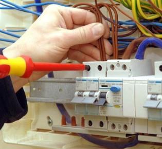 Чем отличается электронное и электромеханическое УЗО: описание и технические характеристики