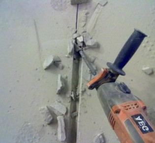 Как правильно сделать штробы в стене для укладки кабеля проводки: правила и порядок работы