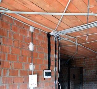 Электрика и штукатурка стен: с чего лучше начать, порядок проведения работ, преимущества разных способов
