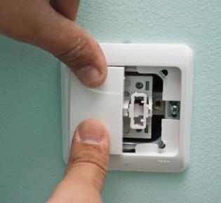 Как провести самостоятельный ремонт стандартного выключателя света: возможные причины и пути решения