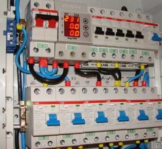 Правила установки и подключения автомата в электрощитке через гребенку: для чего это делать
