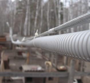 Особенности прокладки кабеля своими руками на тросе: описание технологии монтажа