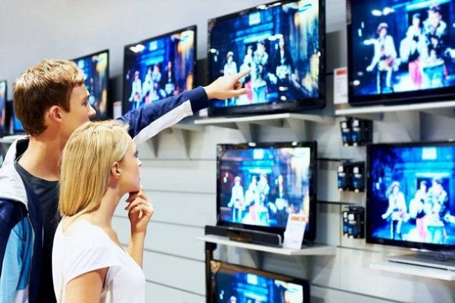на стену, парень и девушка, установка в магазине, телевизоры самостоятельно