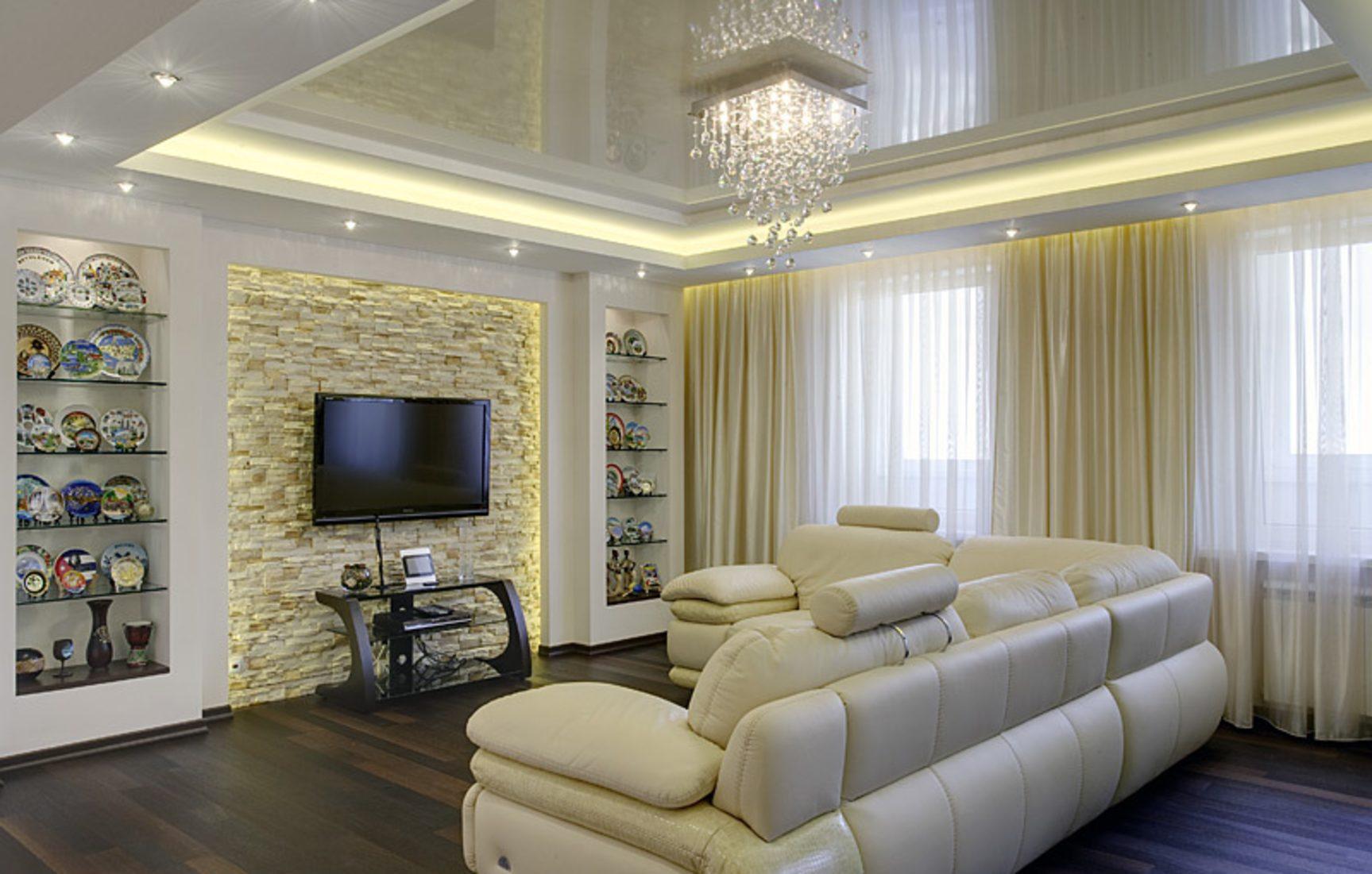 телевизор, диван, люстра в гостиной