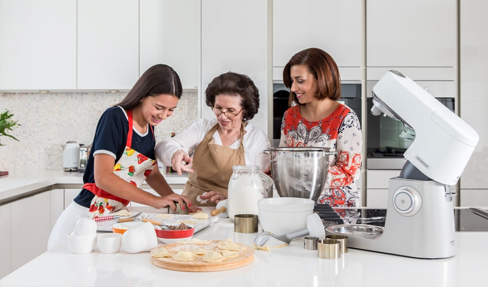 3 женщины готовят, комбайн