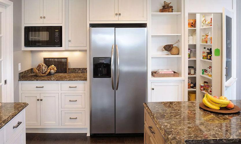 кухня с встраиваемым холодильником