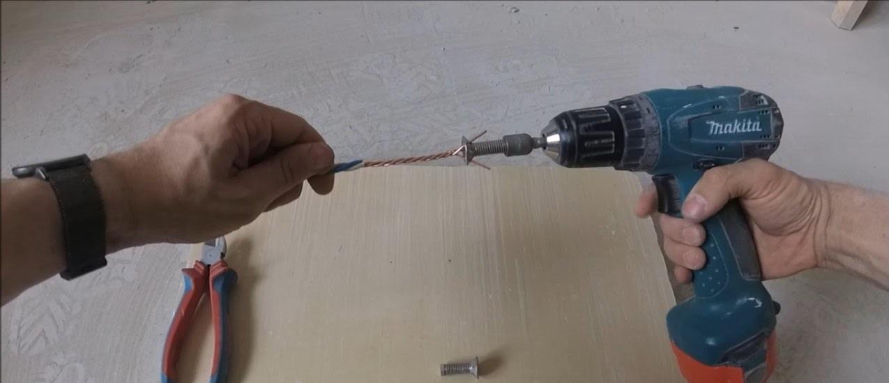 скручивание проводов с помощью дрели