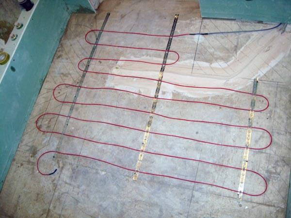 Крепление нагревательного кабеля для теплого пола под плиткой монтажной лентой