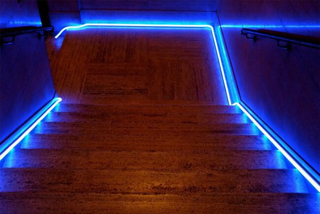 Подсветка лестницы гибким неоном, параметры светодиодных