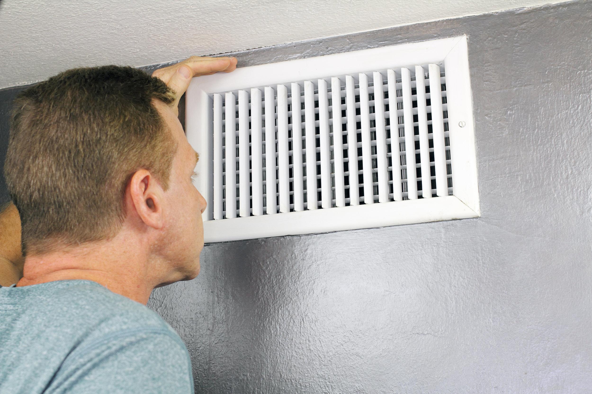 мужчина смотрит в вентиляцию, подключение вентилятора