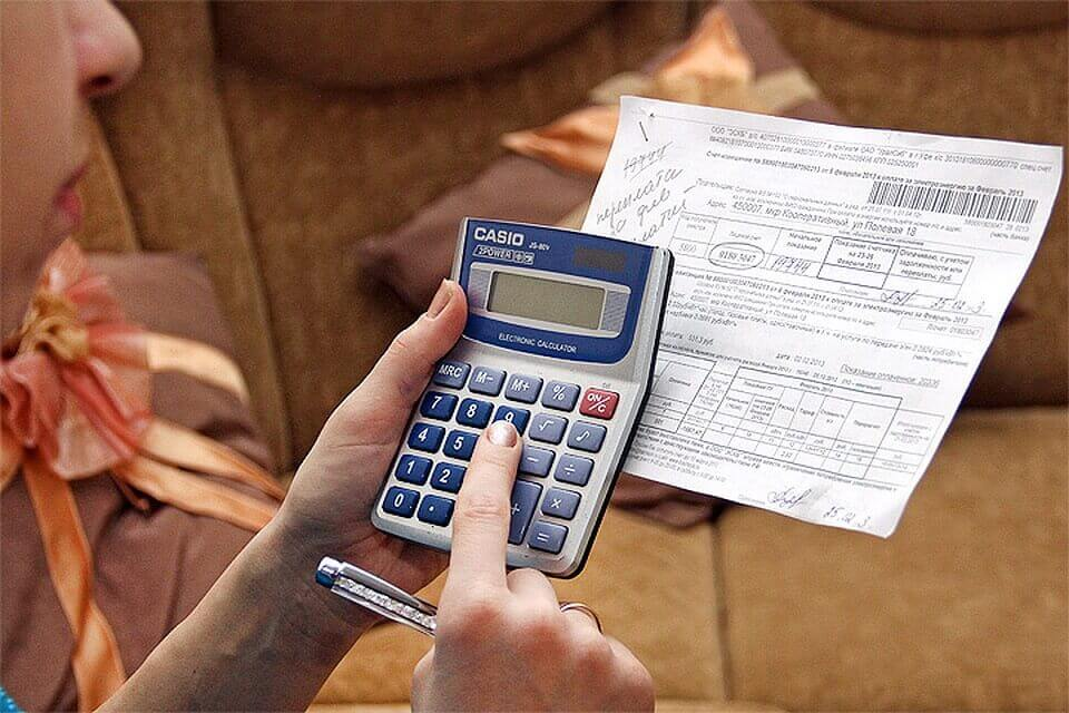 женщина с калькулятором, ручкой и бумажкой