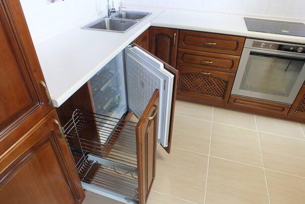 Размещение с разных сторон морозилки на кухне
