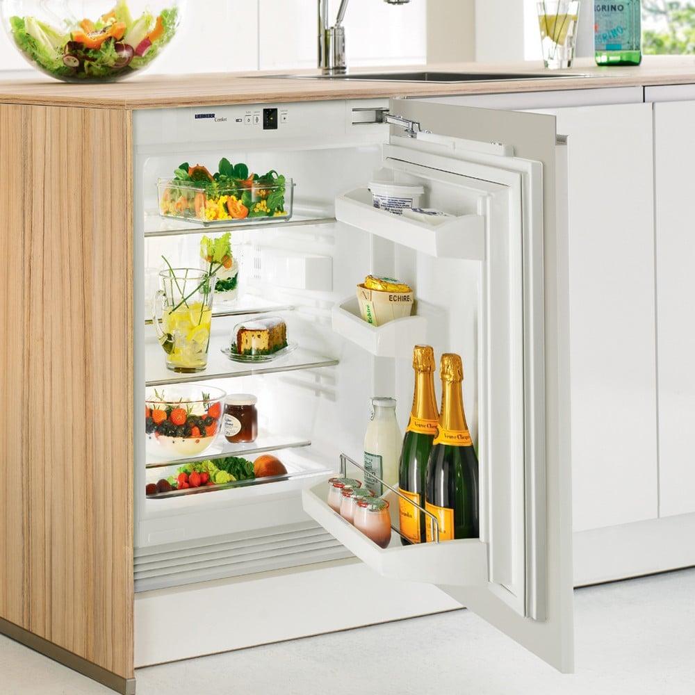 встраиваемый холодильник с продуктами, шампанское