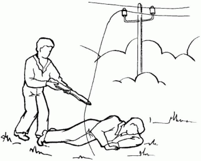 человек пытается убрать провод от пострадавшего, причины поражения