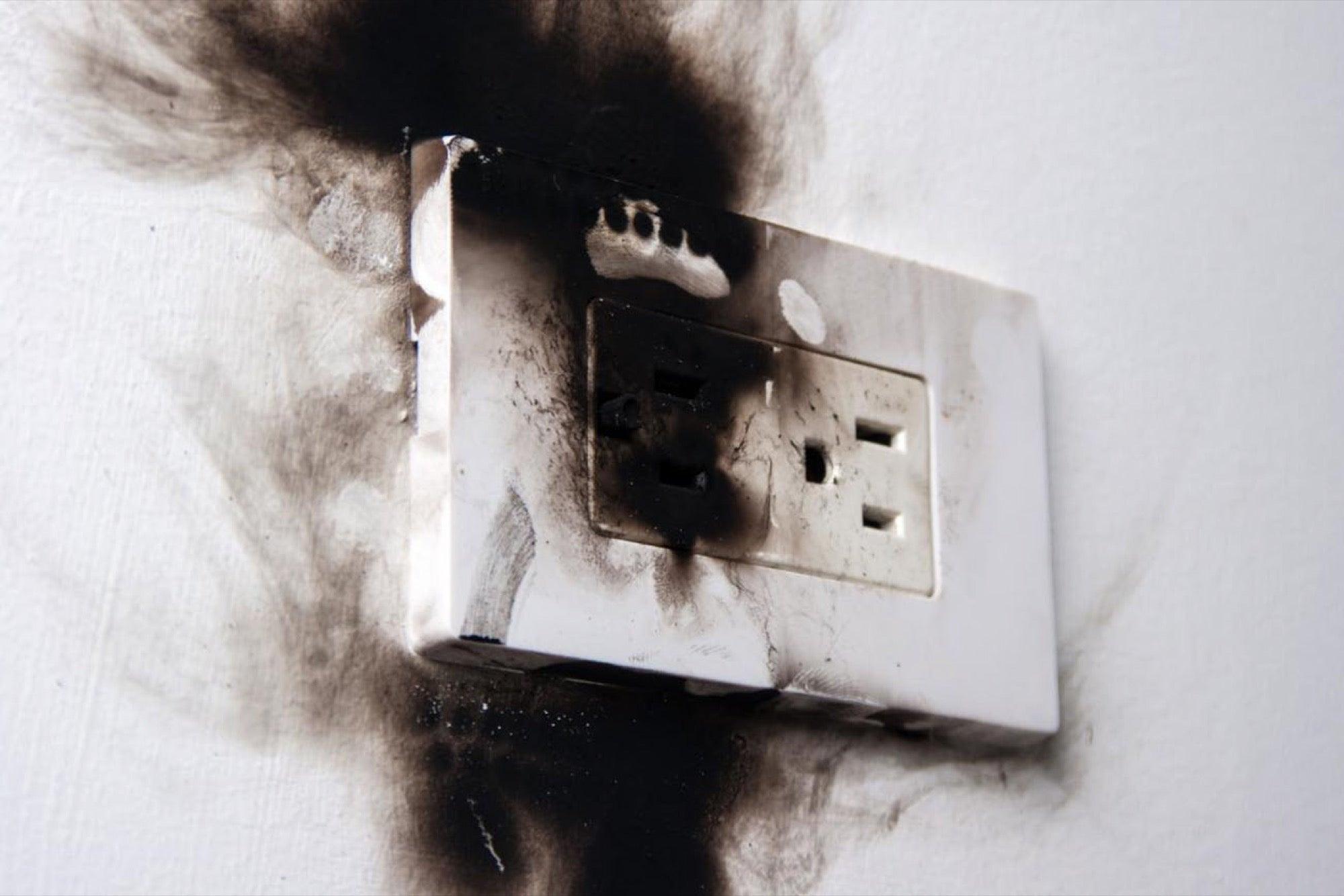 причина возгорания кабелей и проводов розетка в копоти
