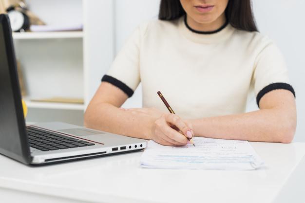 женщина за ноутбуком пишет в документе, защита