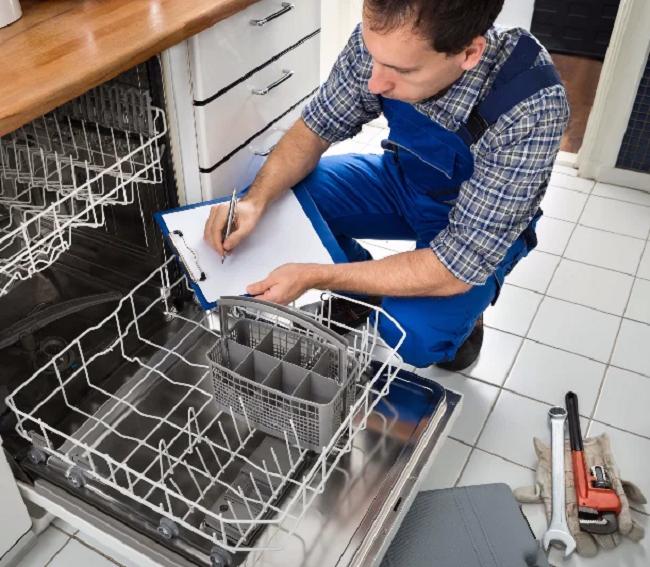мужчина с планшетом возле посудомоечной машины, заменить