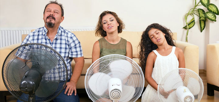 мужчина, женщина и девушка перед вентиляторами выбрать