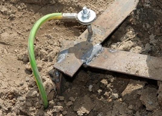 провод уходит в землю, использовать для заземления