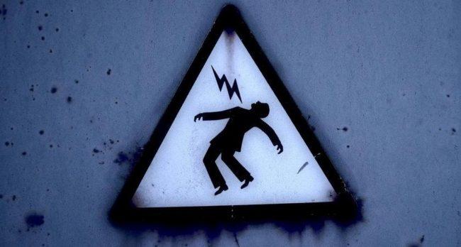 электротравмы, знак: человека бьет током, защита