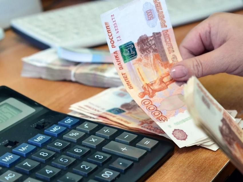 деньги в руке, калькулятор