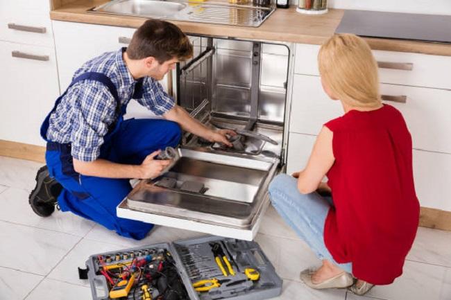 мужчина и женщина возле посудомоечная машина, заменить