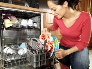 женщина возле посудомойки, установка посудомоечной машины