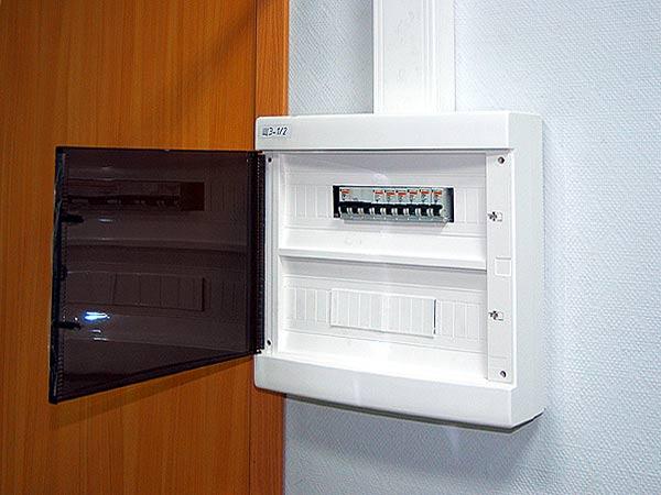 Пластиковый корпус с прозрачной дверцей, выбор электрического