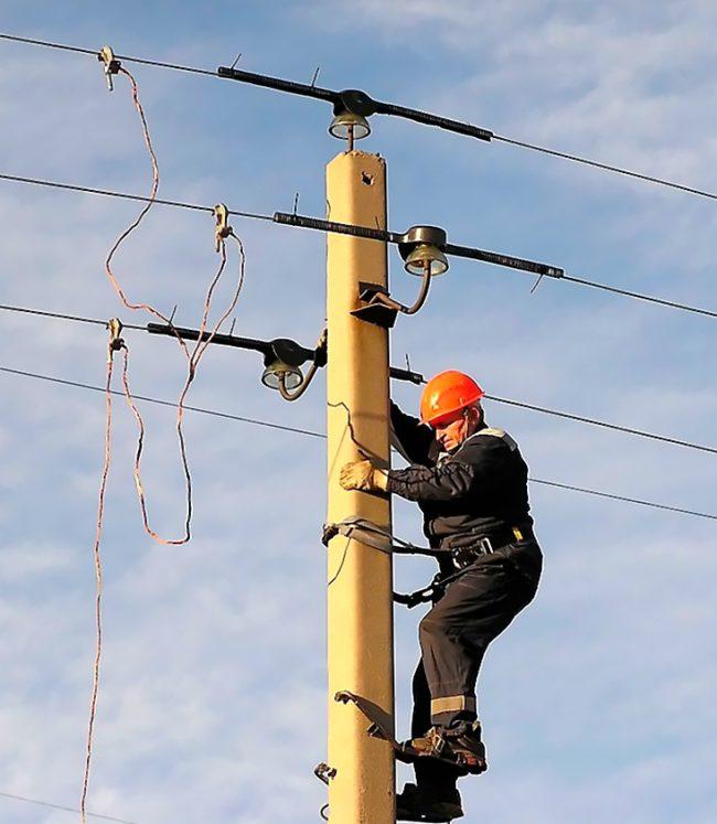 электрик на столбе, как натянуть провисший провод
