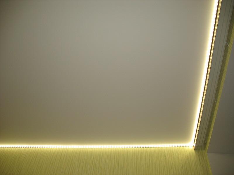 вариант использование светодиодной ленты для потолка