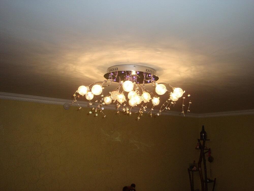 Использование люстры для освещения, варианты потолка