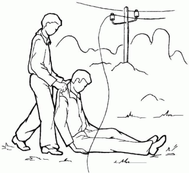 человек перемещает пострадавшего от электротравмы в безопасное место