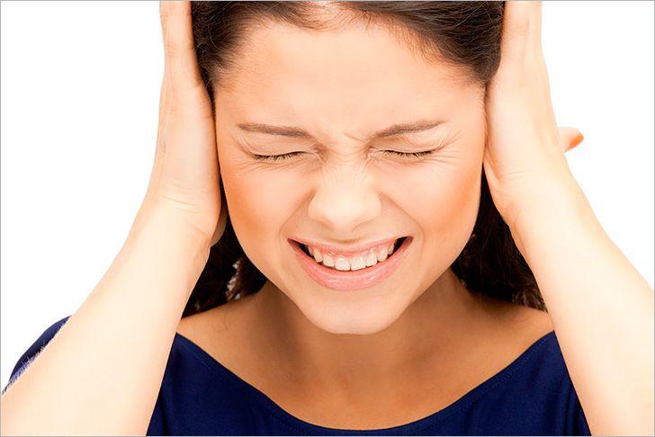 женщина закрывает уши, выбор техники для кухни