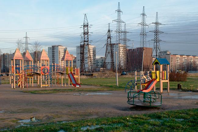 детская площадка, дома, природа, электростолпы, защита электромагнитного