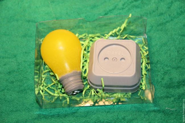 оригинальный подарок конфеты лампочка и розетка электрику