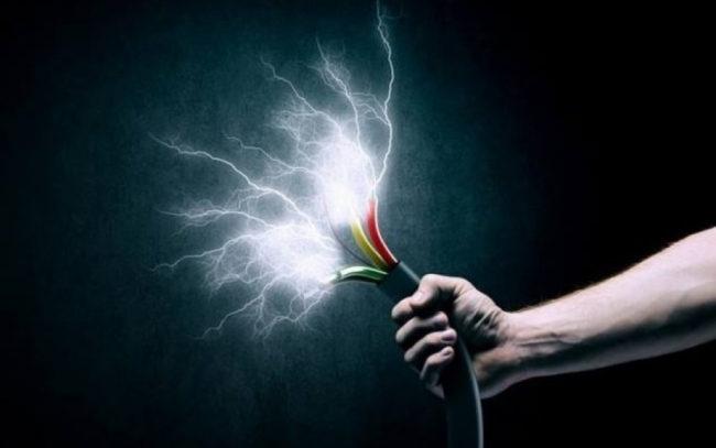 кабель в руке, проводами между фазными