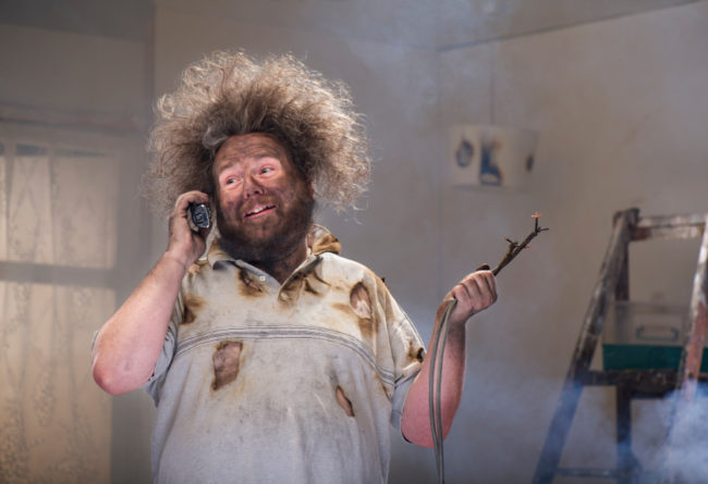 мужчина говорит по телефону, понизить
