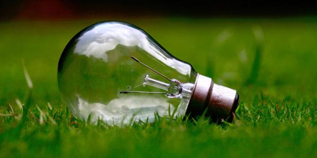 лампа на траве, электричества