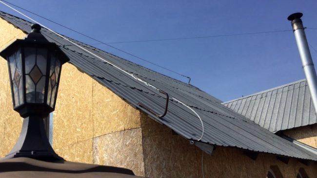 крыша, тросовая молниезащита установка