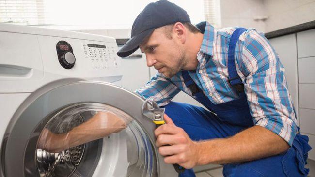 работает механик, стиральную