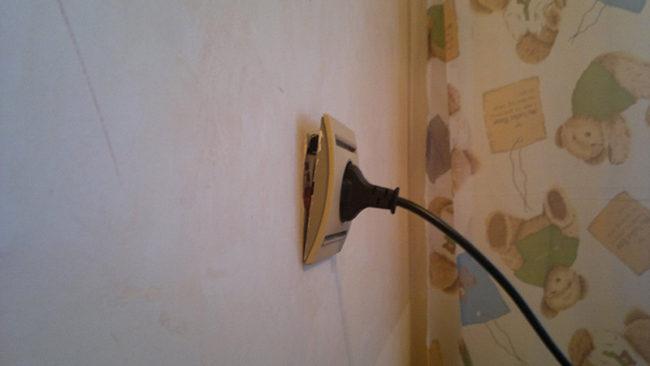 Розетка вываливается из стены