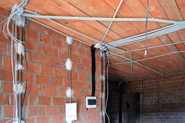 Монтаж электропроводка до или после штукатурки в новой квартире